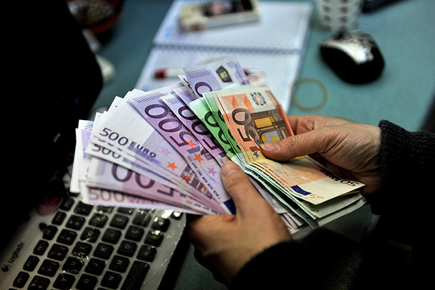 Prăbușirea leului, de neoprit! Un nou maxim istoric pentru euro
